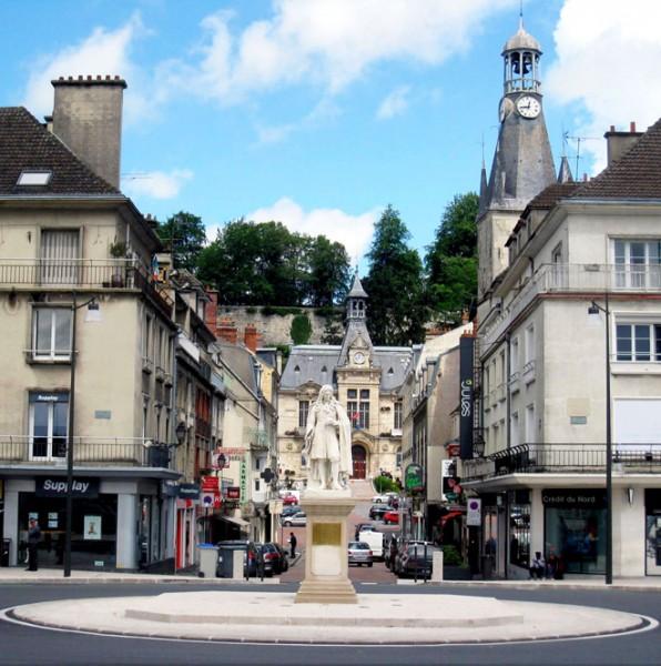 Sous le regard de Jean de la Fontaine. Au fond, la mairie où auront lieu les tournois.
